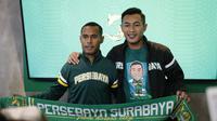 Kapten Persebaya Surabaya, Ruben Sanadi (kiri) dan pemain anyar Bajul Ijo, Hansamu Yama Pratama, pada acara perkenalan tim di Surabaya, Rabu (16/1/2019). (Bola.com/Aditya Wany)