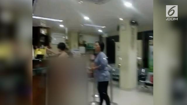 Salah satu apotek di Taman Sari, Jakarta Barat, heboh oleh kehadiran seorang pengunjung wanita tanpa busana di apotek tersebut.