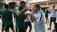 Penyerang Timnas Indonesia U-22, Marinus Wanewar, menyuapi pelatih Indra Sjafri dengan kue ulang tahunnya. (dok. PSSI)