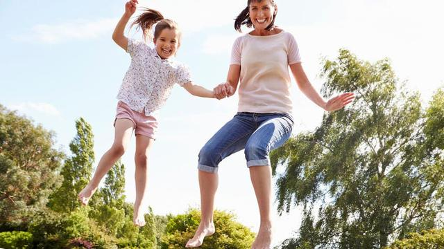Serunya Bermain Trampolin dengan Anak