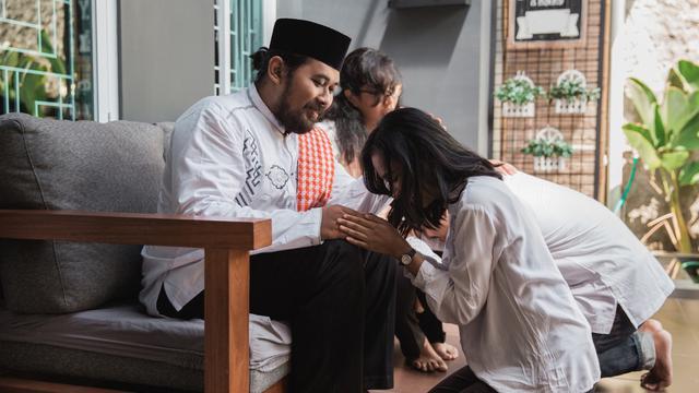 Cerita Akhir Pekan: Mengenal Tradisi Sungkeman Lebaran di Indonesia -  Lifestyle Liputan6.com