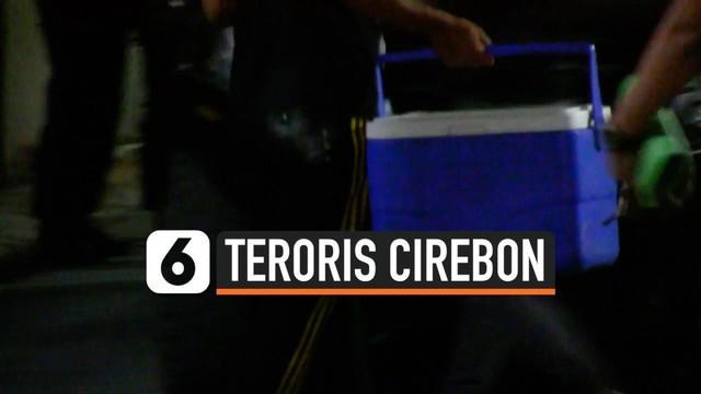 Densus 88 kembali menangkap terduga teroris di Cirebon, Jawa Barat. Saat menggeledah rumah terduga teroris, polisi menemukan beberapa senjata hingga cairan kimia.