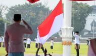 Gubernur Jawa Barat Ridwan Kamil menjadi pembina upacara peringatan hari santri tingkat Jabar di lapangan Gasibu Bandung, Jumat (22/10/2021). (Foto: Biro Adpim Jabar)
