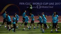 Para pemain Real Madrid melakukan pemanasan saat mengikuti sesi latihan di Abu Dhabi, Uni Emirat Arab,(11/12). Madrid akan menghadapi klub Uni Emirat Arab, Al Jazira pada laga semifinal Piala Dunia klub. (AP Photo/Hassan Ammar)