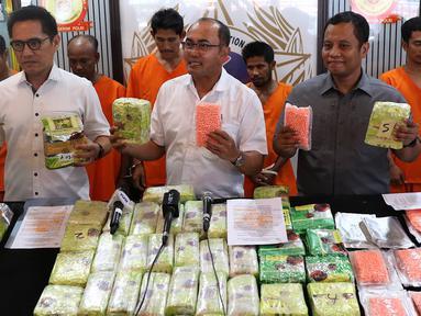 Direktur Tindak Pidana Narkoba Bareskrim Polri Brigjen Eko Daniyanto (tengah) menunjukkan tersangka beserta barang bukti kasus narkotika jaringan Malaysia-Sumatera di Jakarta, Senin (4/2). (Liputan6.com/Immanuel Antonius)