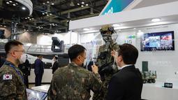 Seorang peserta pameran dari perusahaan industri militer memperkenalkan sejumlah produk kepada para perwira militer dalam Pameran Pertahanan dan Keamanan Korea Selatan 2020 di Korea International Exhibition Center di Goyang, Provinsi Gyeonggi, Korea Selatan (18/11/2020). (Xinhua/Wang Jingqiang)