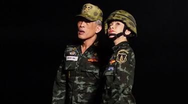 Selebaran tak bertanggal dari Kantor Kerajaan Thailand yang diterima pada 26 Agustus 2019 memperlihatkan Raja Thailand Maha Vajiralongkorn berdiri bersama selir raja yang baru saja dinobatkan, Sineenat Bilaskalayani yang juga dikenal sebagai Sineenat Wongvajirapakdi. (HO/THAILAND'S ROYAL OFFICE/AFP)