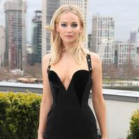 Aktris Jennifer Lawrence melakukan sesi pemotretan saat mempromosikan film terbarunya, Red Sparrow di London, Selasa (20/2). Foto di luar ruangan pada musim dingin ini, menunjukkan Lawrence yang anggun mengenakan gaun hitam. (Joel C Ryan/Invision/AP)