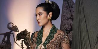 Setiap perempuan memiliki pandangan tersendiri tentang makna dari hari Kartini. Begitu juga dengan Dian Sastrowardoyo, sosok yang bisa disebut sebagai Kartini di masa kini karena segala prestasinya yang menginspirasi kaum perempuan. (Instagram/therealdisastr)