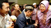 Wali Kota Surabaya, Tri Rismaharini memberi pengarahan kepada 54 pasangan nikah dalam acara Pelayanan Terpadu Pelaksanaan Sidang Isbat Nikah Tahap II, Kamis (28/9/2017). (Liputan6.com/ Dian Kurniawan)