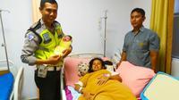 Ibu hamil terjebak macet akhirnya bisa melahirkan setelah mobilnya dibantu polisi keluar dari kemacetan jalan raya. (Liputan6.com/Istimewa/M Syukur)
