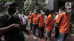 Polisi menggiring kelompok John Kei saat rilis kasus premanisme di Polda Metro Jaya, Jakarta, Senin (22/6/2020). John Kei memerintahkan anak buahnya membunuh Nus Kei dan anggotanya berinisial ER karena kecewa atas tidak meratanya uang hasil penjualan tanah. (Liputan6.com/Johan Tallo)