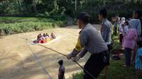 Polisi membuatkan rakit khusus untuk pelajar di Sinjai, Sulawesi Selatan (Fauzan/Liputan6.com)