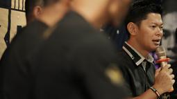 Promotor Mahkota Promotion, Raja Sapta Oktohari, memberikan keterangan saat jumpa pers di O2 Club, Jakarta, Jumat (23/2/2018). Mahkota Promotion akan menggelar Mahkota Boxing Series untuk mencari petinju professional. (Bola.com/M Iqbal Ichsan)