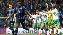 Striker Atalanta, Duvan Zapata, merayakan gol yang dicetaknya ke gawang Sassuolo pada laga Serie A di Stadion Mapei, Reggio Emilia, Minggu (26/5). Atalanta menang 3-1 atas Sassuolo. (AP/Paolo Magni)