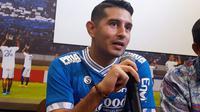 Persib resmi mengenalkan Esteban Vizcarra sebagai bagian tim untuk musim 2019 di Bandung, Jumat (18/1/2019). (Bola.com/Erwin Snaz)