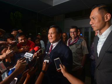 Ketum Partai Gerindra Prabowo Subianto (kiri) dan Agus Harimurti Yudhoyono (AHY) memberi keterangan usai menjenguk Ketum Partai Demokrat Susilo Bambang Yudhoyono (SBY) di RSPAD, Jakarta, Rabu (18/7). SBY dirawat karena kelelahan. (Merdeka.com/Imam Buhori)