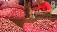 Pedagang menjajakan bawang merah di Pasar Induk Kramat Jati, Jakarta, Selasa (2/4/2019). Sejumlah pedagang di Pasar Induk Kramat Jati mengaku harga bawang merah dan bawang putih relatif stabil, meskipun terjadi kenaikan harga di beberapa daerah. (Liputan6.com/Immanuel Antonius)