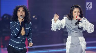 Aksi kolaborasi Siti Badriah (kanan) bersama vokalis Slank Kaka (kiri) dalam acara Badai Uang Ratusan Miliar yang dipersembahkan oleh Bukalapak di Jakarta, Kamis (26/7). (Liputan6.com/Herman Zakharia)