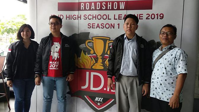 Diana Tjong, Direktur Turnamen JD.ID HSL musim pertama 2019, Henry Yacob, Head of Gaming and Computer Accessories JD.ID, dan perwakilan tim esports SMA Marsudirini Bekasi. (Doc: HSL)
