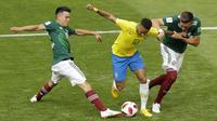 Gelandang Brasil, Neymar, berusaha melewati hadangan gelandang Meksiko, Hirving Lozano, pada babak 16 besar Piala Dunia di Samara Arena, Samara, Senin (2/6/2018). Brasil menang 2-0 atas Meksiko. (AP/Sergei Grits)