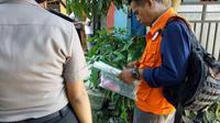 Sandal bocah tewas dalam karung ditemukan. (Liputan6.com/Achmad Sudarno)