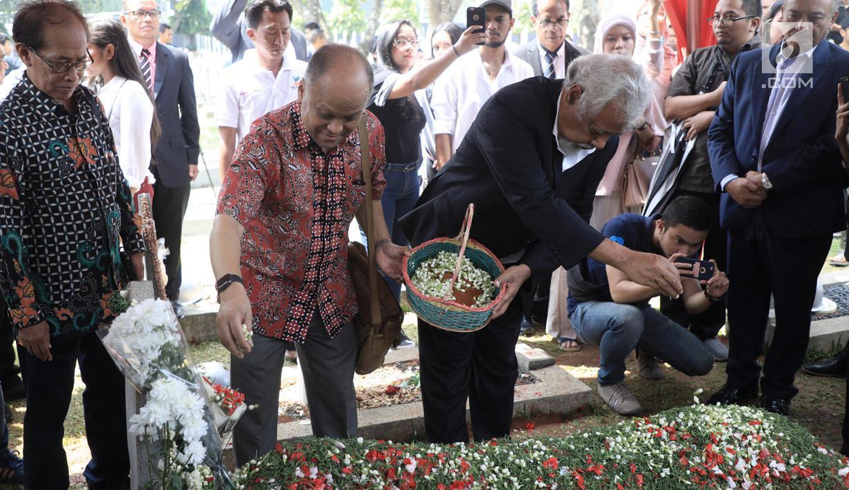 Presiden pertama Timor Leste Xanana Gusmao (kanan) didampingi Ilham Habibie menaburkan bunga saat berziarah ke makam Presiden ke-3 RI BJ Habibie di TMP Kalibata, Jakarta, Minggu (15/9/2019). Xanana dan perwakilan rakyat Timor Leste memanjatkan doa untuk Habibie. (merdeka.com/Iqbal Nugroho)