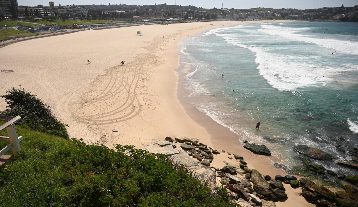 Pantai Bondi yang kosong setelah pemerintah menutup pantai paling populer di Sydney, Minggu (22/3/2020). Otoritas Australia menutup Bondi Beach  lantaran orang-orang mengabaikan larangan pemerintah untuk tidak berkumpul dalam jumlah besar guna menekan penyebaran virus corona. (PETER PARKS/AFP)