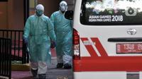 Petugas Dinas Kesehatan DKI Jakarta mengenakan pakaian pelindung khusus saat menangani pasien yang diduga terinfeksi Corona di Gedung Mawar RSPI Prof. Dr. Sulianti Saroso, Sunter, Jakarta, Senin (2/3/2020). (merdeka.com/Iqbal S. Nugroho)