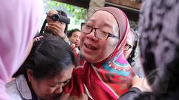 Air mata Utami,istri komedian Ferrasta Soebardi alias Pepeng, tak berhenti mengalir saat beberapa keluarga memberinya pelukan di rumah duka di kawasan Cinere, Depok, Rabu (6/5/2015). Pepeng meninggal dunia di usia 60 tahun. (Liputan6.com/Helmi Afandi)