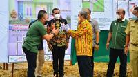 Ketua Gapki Riau Jatmiko Santosa (kanan) bersalaman dengan Gubernur Riau usai peletakan batu pertama rumah pekerja sawit. (Liputan6.com/M Syukur)