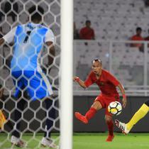 Gelandang Timnas Indonesia, Riko Simanjuntak, mengirim umpan saat melawan Vanuatu pada laga persahabatan di SUGBK, Jakarta, Sabtu (15/6). Indonesia menang 6-0 atas Vanuatu. (Bola.com/Yoppy Renato)