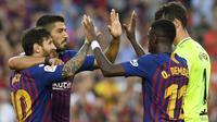 Para pemain Barcelona merayakan gol yang dicetak Lionel Messi ke gawang Huesca pada laga La Liga Spanyol di Stadion Camp Nou, Barcelona, Minggu (2/8/2018). Barcelona menang 8-2 atas Huesca. (AFP/Lluis Gene)