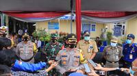 Kapolres Tuban AKBP Ruruh Wicaksono ketika diwawancarai awak media. (Liputan6.com/Ahmad Adirin)
