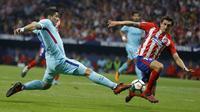 Bek Atletico Madrid, Stefan Savic, berusaha menghadang striker Barcelona, Luis Suarez, pada laga La Liga Spanyol di Stadion Wanda Metropolitano, Minggu (15/10/2017). Atletico Madrid bermain imbang 1-1 dengan Barcelona. (AP/Francisco Seco)