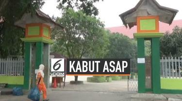 Kabut asap yang menyelimuti Kota Pekanbaru Riau semakin pekat, akibatnya sekolah di Pekanbaru meliburkan siswanya. Mereka khawatir kabut asap menganggu proses belajar mengajar dan berdampak pada kesehatan anak didik.