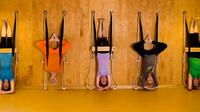 Sebagian besar gerakan Iyengar Yoga menggunakan props salah satunya tali. (Foto: iyengaryogacanada.com)
