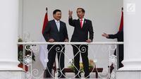 Presiden Joko WIdodo (Jokowi) berbincang dengan PM Republik Demokratik Rakyat Laos Thongloun Sisoulith di beranda Istana Bogor, Jawa Barat, Kamis (12/8). Jokowi menyambut PM Thongloun dengan upacara resmi kenegaraan. (Liputan6.com/Angga Yuniar)