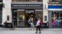 Sejumlah orang meninggalkan restoran yang kembali buka di Dublin, Irlandia, Senin (29/6/2020). Irlandia memasuki fase ketiga pencabutan pembatasan COVID-19, dengan mengizinkan lebih banyak bisnis kembali beroperasi dan memberikan kebebasan pergerakan lebih besar kepada masyarakat. (Xinhua)