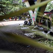 Pedagang menyelesaikan pembuatan kulit ketupat yang dijual di bawah kolong jembatan kawasan Pesanggrahan, Jakarta, Senin (10/5/2021). H-3 menjelang Hari Raya Idul Fitri 1442 H, penjualan kulit ketupat mulai marak yang dijual dengan harga Rp 8.000 per 10 buahnya. (Liputan6.com/Johan Tallo)