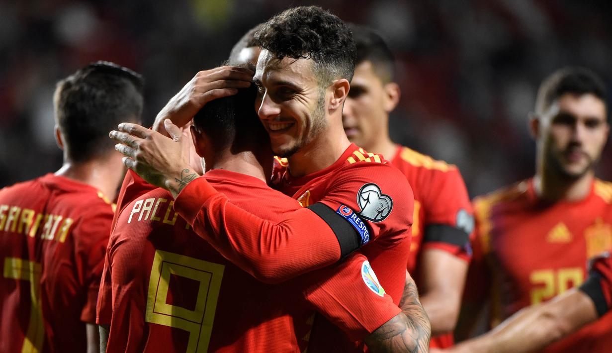 Para pemain Spanyol merayakan gol yang dicetak Paco Alcacer ke gawang Kepulauan Faroe pada laga Kualifikasi Piala Eropa 2020 di Stadion El Molinon, Gijon, Minggu (8/9). Spanyol menang 4-0 atas Kepulauan Faroe. (AFP/Miguel Riopa)