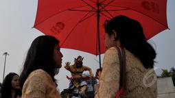 Sejumlah warga meramaikan acara pawai ogoh-ogoh di kawasan Monumen Nasional (Monas), Jakarta, Jumat (20/3/2015). Pawai tersebut merupakan rangkaian dari prosesi menjelang Hari raya Nyepi Tahun Saka 1937. (Liputan6.com/Johan Tallo)