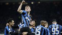 Nicolo Barella - Gelandang berusia 24 tahun itu awalnya bergabung ke Inter Milan dari Cagliari dengan status pinjaman pada musim panas 2019. Penampilan apik dan menjadi pilihan utama Conte, membuat Nerazzurri kemudian rela menggolontorkan dana 27,7 juta euro untuk menebus Barella. (AP/Luca Bruno)