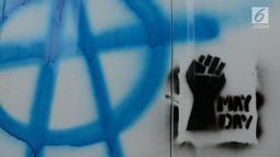 Coret-coretan (vandalisme) mewarnai Hari Buruh Internasional atau May Day di kawasan Bundaran HI, Jakarta, Rabu (1/5/2019). Belum diketahui siapa yang melakukan aksi corat coret di fasilitas publik tersebut. (merdeka.com/Imam Buhori)