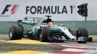 Pembalap Mercedes Lewis Hamilton memacu mobilnya selama balapan Formula One (F1) GP China di Sirkuit Internasional Shanghai, Minggu (9/4). Hamilton tak terkalahkan dari awal balapan hingga akhirnya memenangkan GP China ini. (AP Photo/Mark Schiefelbein)