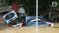 Kondisi mobil yang terseret arus banjir di perumah Ciledug Indah, Tangerang, Banten, Kamis (2/1/2020). Sebelumnya, media sosial diramaikan dengan video sejumlah mobil yang terseret arus banjir hingga ratusan meter ke arah dalam perumahan Ciledug Indah. (Liputan6.com/Angga Yuniar)