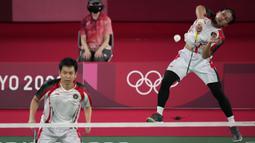 Mohammad Ahsan/Hendra Setiawan langsung tancap gas di awal gim pertama, hingga memimpin 11-5 di interval gim pertama. Selepas interval, Choi Sol Gyu/Seo Seung Jae masih kesulitan meladeni permainan apik pasangan Indonesia. Hendra/Ahsan pun unggul 21-12. (Foto: AP/Dita Alangkara)