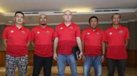 Hendro Kartiko (paling kanan) bersama tim kepelatihan PSM Makassar pada musim 2020. (Bola.com/Abdi Satria)