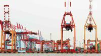 Aktivitas bongkar muat barang ekspor impor di Pelabuhan Tanjung Priok, Jakarta, Senin (17/7). Badan Pusat Statistik (BPS) melaporkan kinerja ekspor dan impor Indonesia mengalami susut signifikan di Juni 2017. (Liputan6.com/Angga Yuniar)
