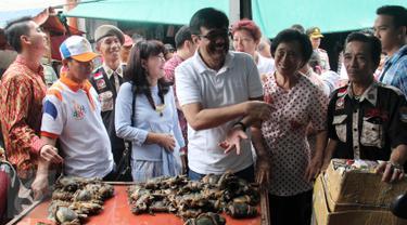 Wagub DKI Jakarta, Djarot Saiful Hidayat blusukan ke Pasar Petak Sembilan, Jakarta, Sabtu (18/6). Djarot yang didampingi istrinya, Heppy Farida menyempatkan berbelanja sayuran, kepiting hingga tahu. (Liputan6.com/Helmi Afandi)